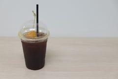 Schwarzer Kaffee mit Pfirsich Stockbild