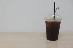 Schwarzer Kaffee mit Pfirsich Stockfotos