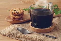 Schwarzer Kaffee mit Plätzchen Lizenzfreie Stockfotografie