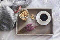 Schwarzer Kaffee mit Plätzchen Stockfotografie