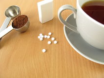 Schwarzer Kaffee mit Süßstofftabletten Stockfotografie