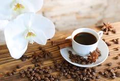 Schwarzer Kaffee mit Zimt Stockfotos