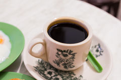 Schwarzer Kaffee-rief traditionelles Singapur-Frühstück Kaya Toast an, Lizenzfreies Stockfoto