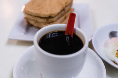 Schwarzer Kaffee-rief traditionelles Singapur-Frühstück Kaya Toast an Stockfotos