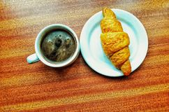 Schwarzer Kaffee und Hörnchen stockfotografie