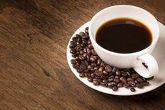 Schwarzer Kaffee und Kaffeebohnen Stockfoto