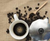 Schwarzer Kaffee und Kaffeetopf Stockfotos