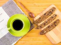 Schwarzer Kaffee und organischer Snack Stockfotos