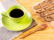 Schwarzer Kaffee und organischer Snack Stockfoto