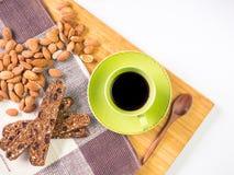 Schwarzer Kaffee und organischer Snack Stockfotografie