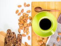 Schwarzer Kaffee und organischer Snack Stockbilder