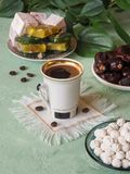 Schwarzer Kaffee und türkische Bonbons Süßes Lebensmittel in Ramadan Stockfoto