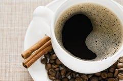 Schwarzer Kaffee und Zimt Lizenzfreie Stockfotos