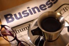 Schwarzer Kaffee, Zeitung und Gläser Stockfoto