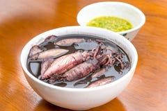 Schwarzer Kalmar gekocht mit Meeresfrüchtesoßen Stockfotografie