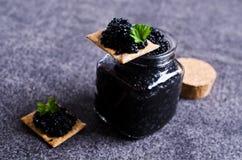 Schwarzer Kaviar auf einem Cracker Lizenzfreie Stockbilder