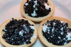 Schwarzer Kaviar mit Sahne auf einem Tartlet Zum festlichen Tabelle Stockfotos