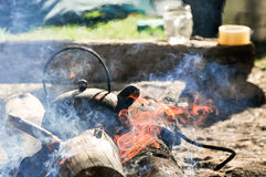 Schwarzer Kesselteetopf auf dem Feuerholz im Freien stockfotos