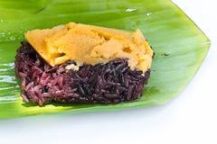 Schwarzer klebriger Reis mit dem Vanillepudding, eingewickelt in der Banane verlässt Stockbilder