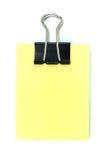 Schwarzer Klipper und gelber Notizblock stockbild