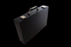 Schwarzer Koffer lokalisiert auf schwarzem Hintergrund Stockfotos
