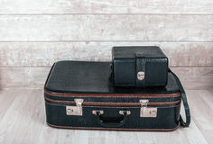 Schwarzer Koffer mit zwei Weinlesen Stockfotografie