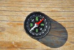 Schwarzer Kompass mit grünen Zeichen Lizenzfreie Stockfotografie