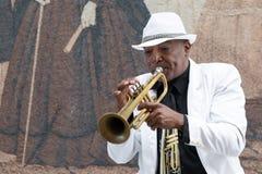 Schwarzer kubanischer Musiker, der die Trompete spielt Stockfotografie