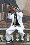 Schwarzer kubanischer Musiker, der die Trompete spielt Lizenzfreies Stockbild