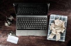 Schwarzer Laptop auf Holz stockbild
