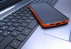 Schwarzer Laptop und Smartphone Stockfotografie