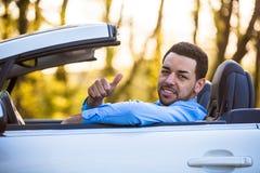 Schwarzer lateinamerikanischer Fahrer, der Daumen bildet Lizenzfreies Stockfoto