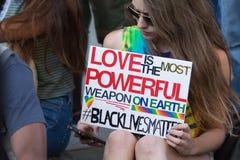 Schwarzer Lebenangelegenheit Protestor, der ein Plakat während des Marsches auf Ci hält Stockfotografie
