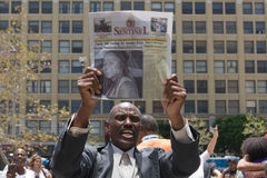 Schwarzer Lebenangelegenheit Protestor, der an eine Zeitschrift während des Marsches hält Lizenzfreies Stockfoto