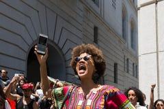Schwarzer Lebenangelegenheit Protestor, der während des Marsches auf Rathaus schreit Lizenzfreie Stockfotos