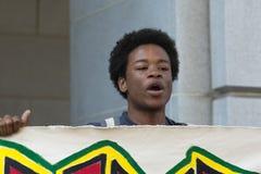 Schwarzer Lebenangelegenheit Protestor, der während des Marsches auf Rathaus spricht Stockfotografie