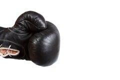 Schwarzer lederner Boxerhandschuh, der vom links lokalisiert auf Weiß locht Stockfotografie