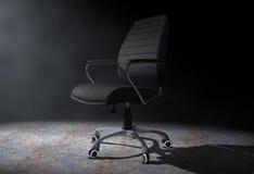Schwarzer lederner Chef Office Chair im volumetrischen Licht 3d zerreißen Lizenzfreies Stockfoto