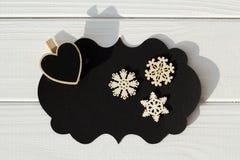 Schwarzer leerer Gedanke auf dem Holztisch mit Herzen und Schneeflocke Stockfotos