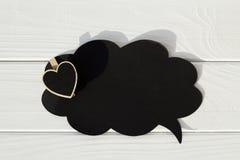 Schwarzer leerer Gedanke auf dem Holztisch mit Herzen Valentinsgruß ` s Lizenzfreie Stockbilder