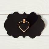 Schwarzer leerer Gedanke auf dem Holztisch mit schwarzem Herzen Valent Stockfotografie