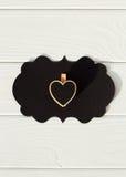 Schwarzer leerer Gedanke auf dem Holztisch mit schwarzem Herzen Valent Lizenzfreies Stockfoto