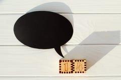 Schwarzer leerer Gedanke auf dem Holztisch mit Zahlen Valentinsgruß ` Lizenzfreie Stockfotos