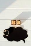 Schwarzer leerer Gedanke mit Herzen auf dem Holztisch mit Zahlen Lizenzfreies Stockfoto