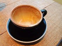 Schwarzer leerer Tasse Kaffee mit Flecken Stockbilder