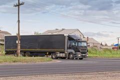 Schwarzer LKW mit einem schwarzen Behälter Lizenzfreie Stockfotos