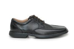 Schwarzer männlicher Schuh getrennt Stockfotografie