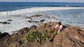 Schwarzer Mann betrachtet den Ozean stock video