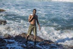 Schwarzer Mann betrachtet den Ozean Stockfoto