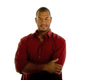 Schwarzer Mann in den roten Hemd-Armen gekreuzt lizenzfreie stockbilder